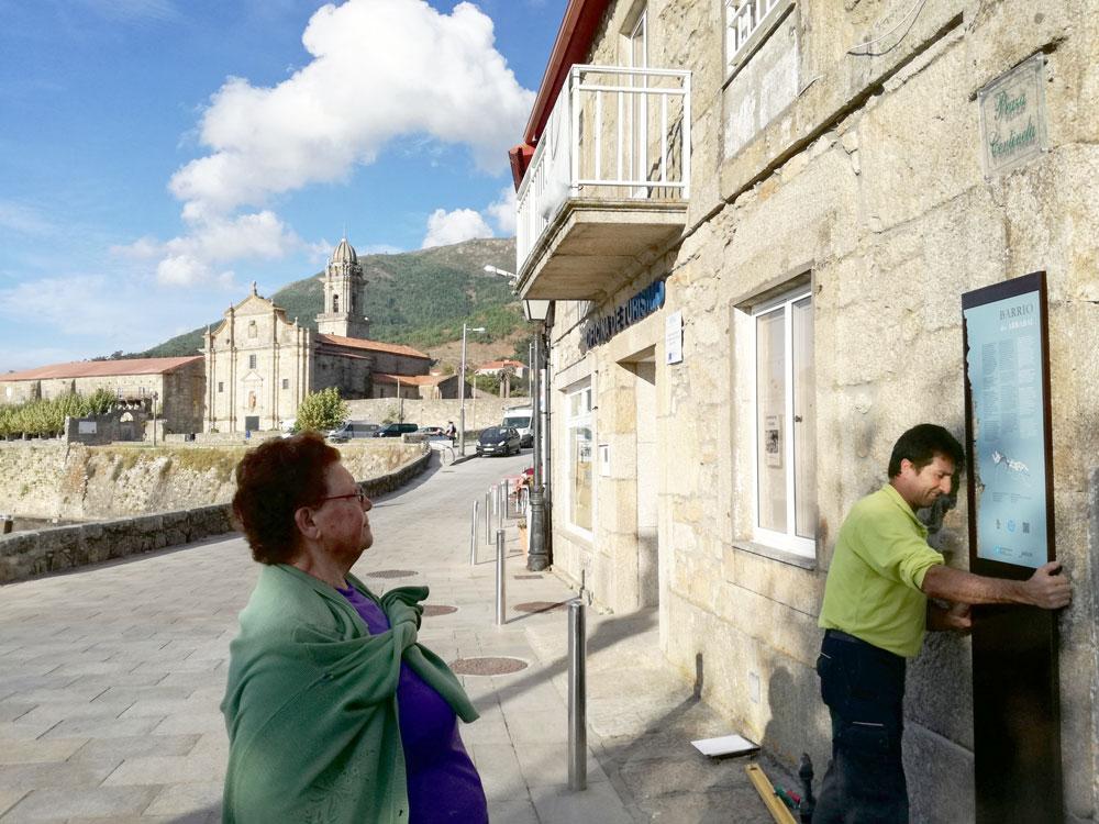 Oia estrea sinalización turística da contorna do Mosteiro e o Barrio histórico