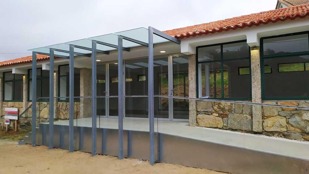 O Concello de Oia reforma e mellora a accesibilidade das Escolas de Loureza