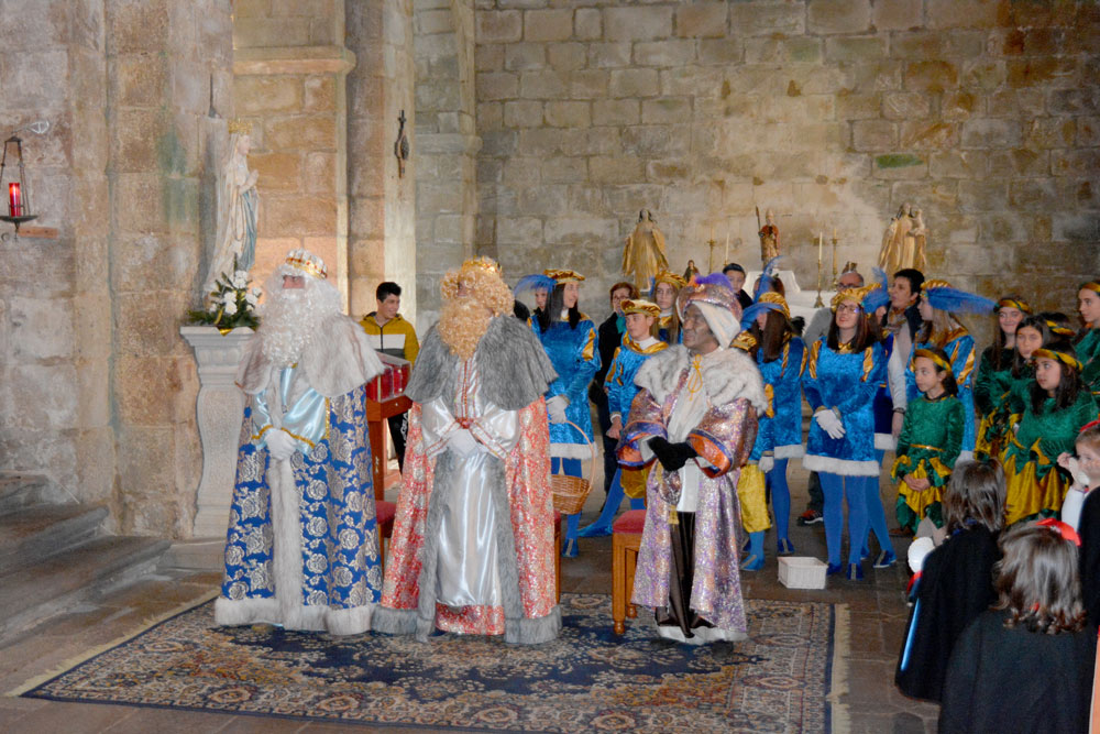 Os Reis Magos percorren Oia para visitar aos nenos e nenas na tradicional cabalgata