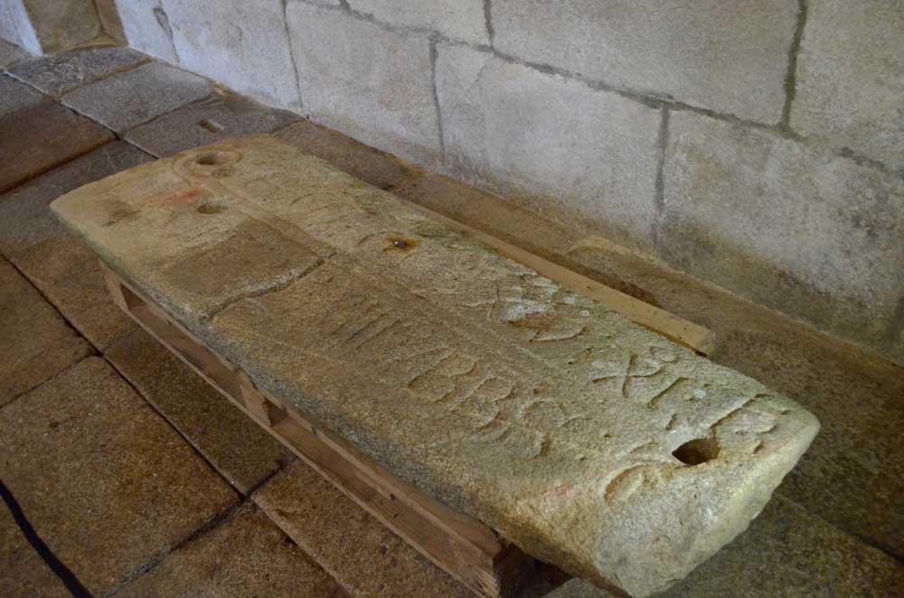 A lápida dun abade do Mosteiro descansa desde hoxe na igrexa parroquial de Santa María de Oia