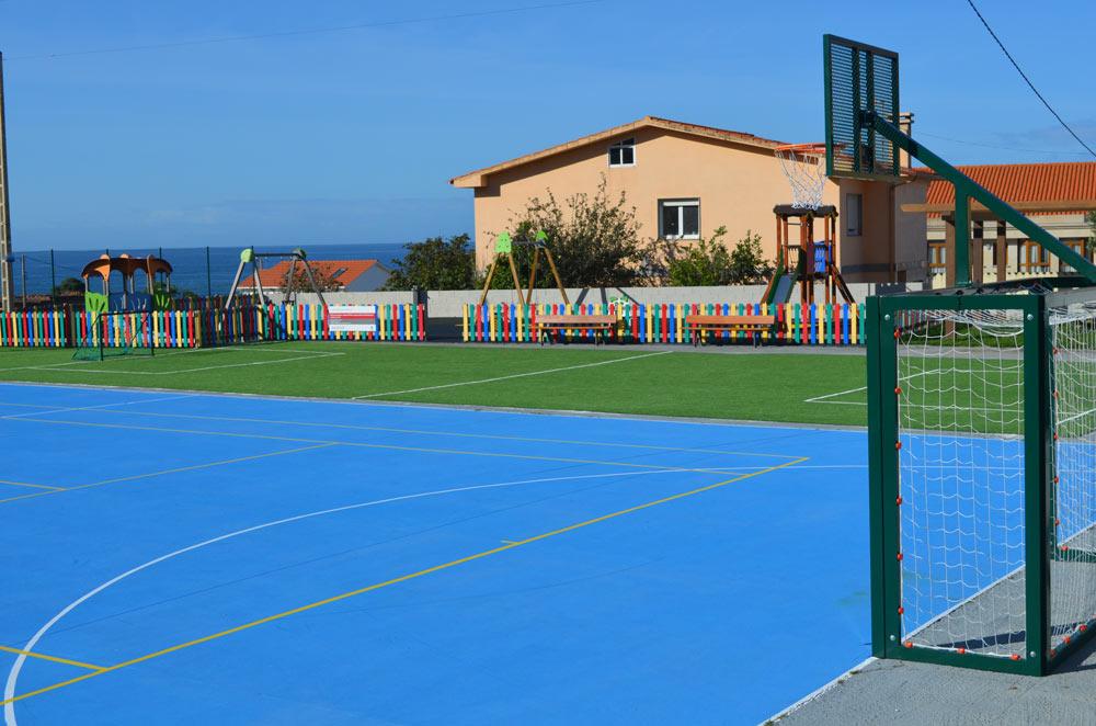 """O Concello de Oia rehabilita o parque infantil de Viladesuso e leva a cabo melloras no campo de fútbol """"As Tornas"""""""
